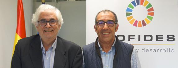 Image of COFIDES president, José Luis Curbelo (left), and FacePhi's legal and HR department manager, Ramón Villot, after signing the agreement
